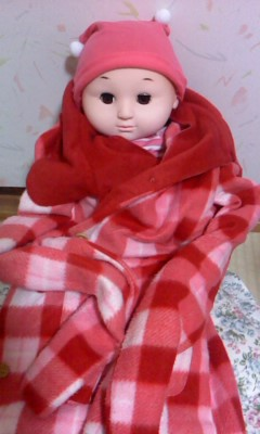 赤ちゃん人形服着せる