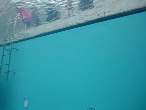 プールの中